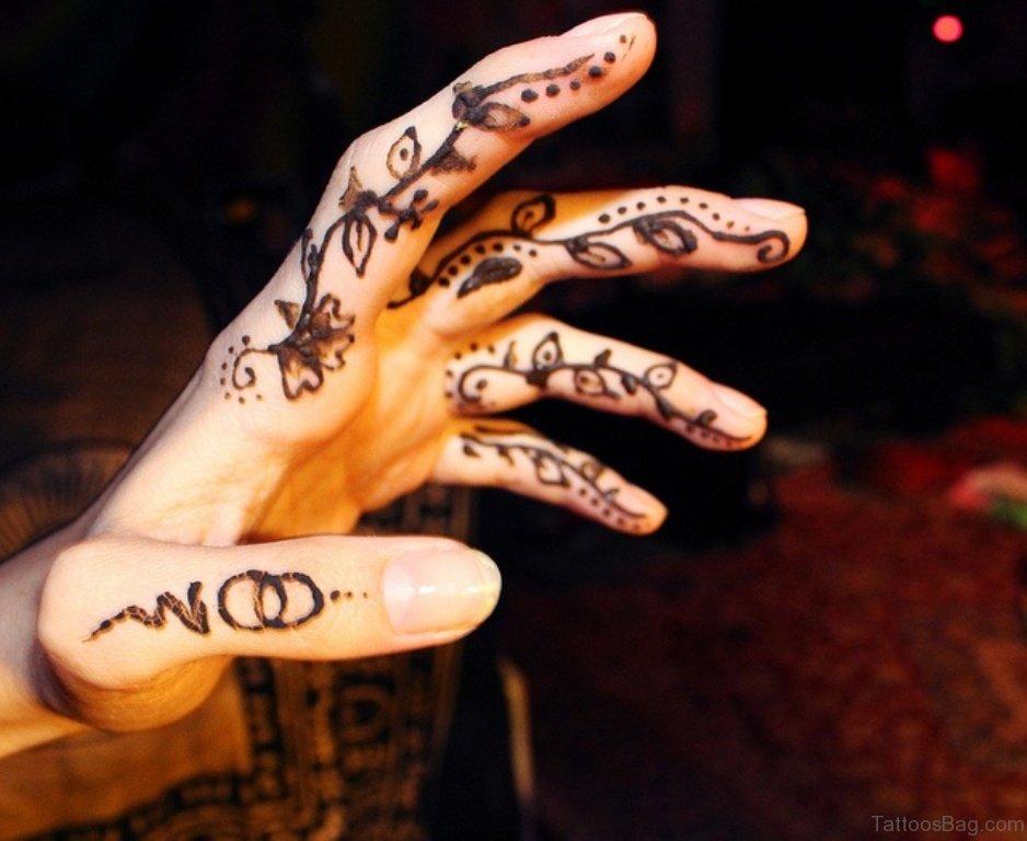 finger henna tattoo