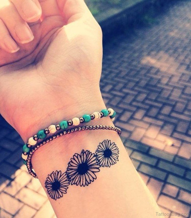 23 Pretty Daisy Flower Tattoos For Wrist