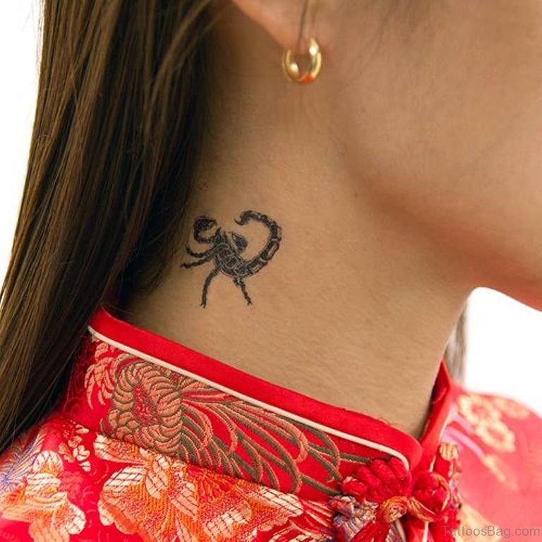 Маленький скорпион тату на шее